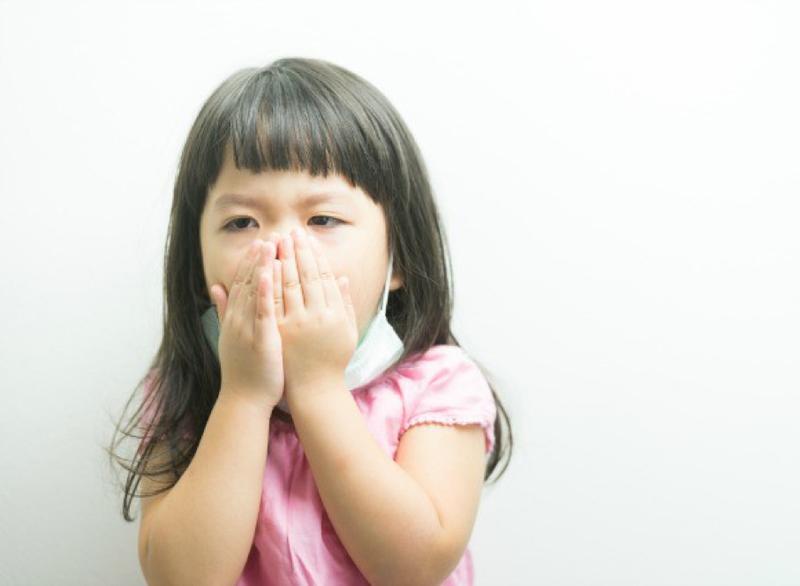 Làm gì khi trẻ sốt, ho trong mùa dịch covid-19